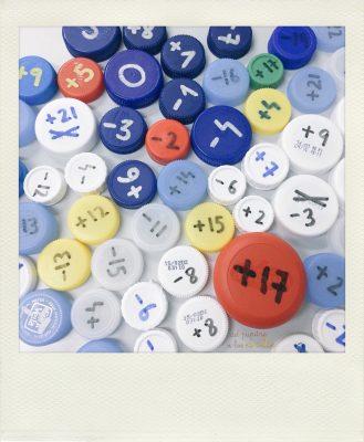 Lab. de matemáticas: Números enteros con tapones.